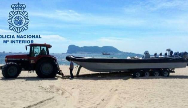 La 'narcolancha', en la playa de Conil de la Frontera.
