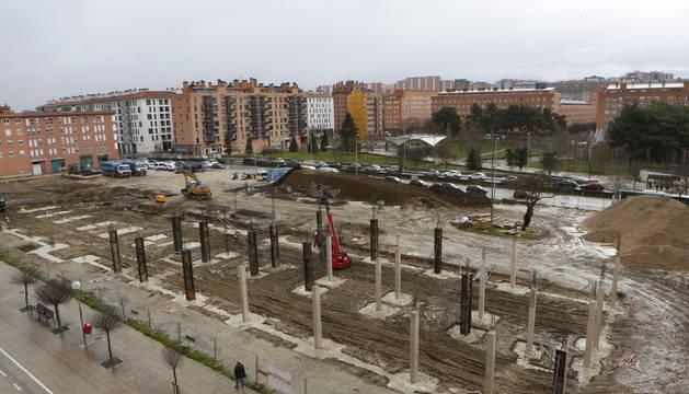 Las obras del nuevo instituto con la avenida de San Jorge y el centro de salud al fondo.