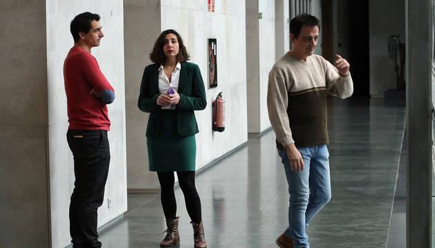 Desde la izquierda, Rubén Velasco, Laura Pérez y Carlos Couso, tres de los cuatro parlamentarios de Podemos enfrentados con la dirección del partido, en un pasillo de la Cámara foral.