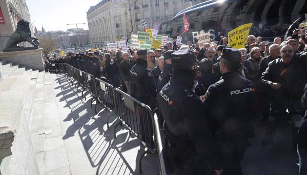 Imagen de miles de jubilados, frente al Congreso de los Diputados en la concentración por la defensa del sistema público de pensiones.