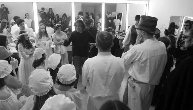 """Los últimos consejos. El director de escena, el periodista Pablo Ramos Requetibate, reúne a todos los integrantes de la compañía (cantantes, músicos, figurantes...) para darles las últimas instrucciones antes de subir al escenario. """"Si lo hacéis como en los ensayos, no habrá ningún problema"""", les anima."""
