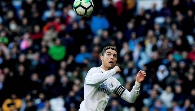 Cristiano Ronaldo cabecea un balón durante el encuentro contra el Alavés