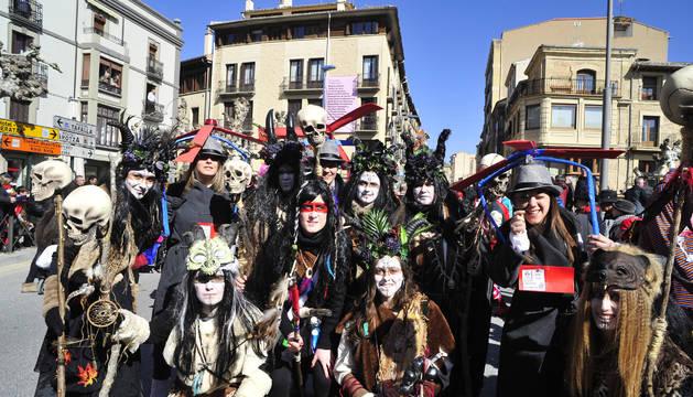 Un resplandeciente sol recibió a todas las culturas de la tierra, e incluso a alguna alienígena, en el último desfile de Carnaval de Navarra