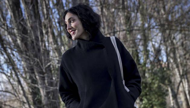 La cineasta Marina Lameiro, en el pamplonés paseo del Arga.