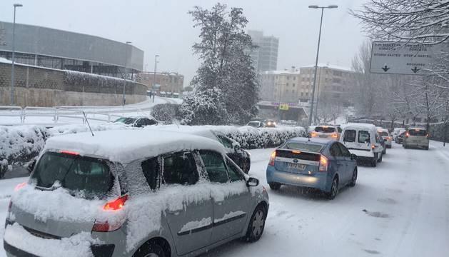 Atascos en Pamplona por la nieve
