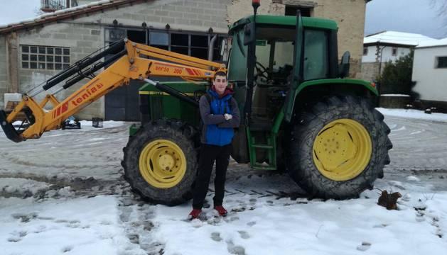 Mikel Iribarren Izurzu, de 18 años, ayer en su casa de Orkoien. Posa delante del tractor familiar con el que se desplazó a Pamplona el miércoles.