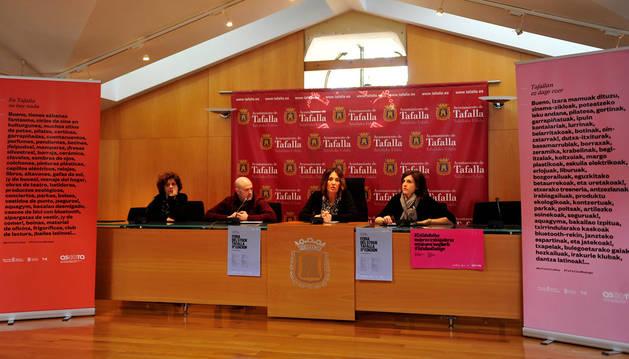 En la imagen, desde la izda., Pili Etxeberría, Elías Armendáriz, de Ascota; la concejala de Comercio, Soco Ojer; y la presidenta de la asociación, Ana Ruiz.