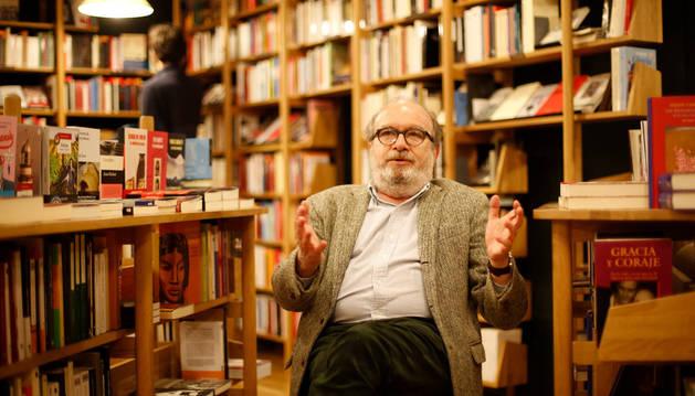 Imagen de Manuel Borrás posando en la librería Walden de Pamplona, donde tuvo lugar el encuentro con los lectores el jueves.