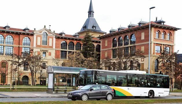 Imágenes de las nuevas paradas de villavesa, el apeadero en Paseo Sarasate y la zona verde en la Taconera.