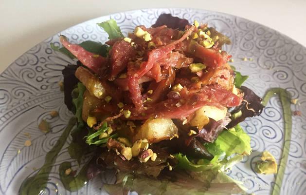 Imagen de ensalada de pato con manzana caramelizada y pistachos.