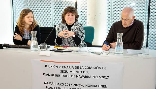 En el centro, Eva García, en un momento de la presentación. Le acompañan Aintzane Pérez, y el director del Servicio Jurídico de Medio Ambiente y Ordenación del Territorio, Félix Armendáriz.