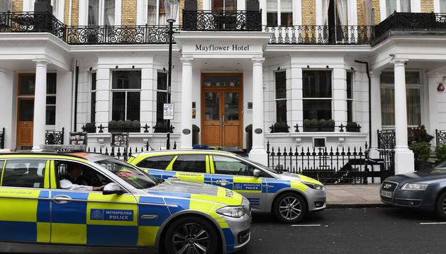 Vehículos policiales permanecen estacionados a la entrada del hotel Mayflower de Londres
