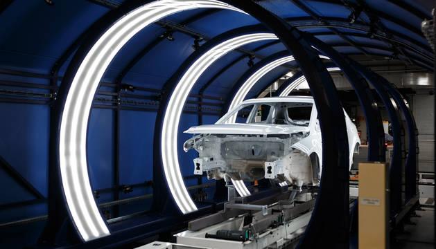 foto de Una carrocería del Volkswagen Polo, a su paso por el túnel de visión artificial habilitado en Volkswagen Navarra.