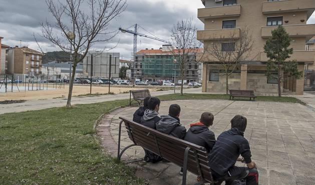 La imagen muestra, a la izquierda, una parte de los terrenos junto a la zona deportiva en los que se proyectan las 22 nuevas viviendas en dos fases. Al fondo, todavía en obras, el edificio de Residencia Ega.