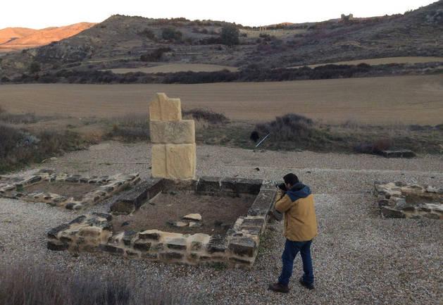Imagen de Pablo Serrano tomando imágenes de uno de los mausoleos de la necrópolis de Santa Criz para una película.