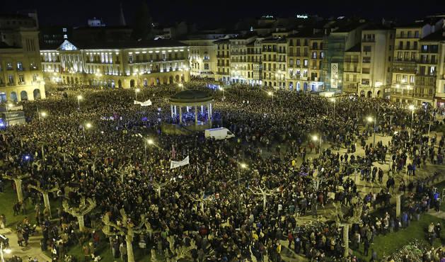 Miles de mujeres se han concentrado este jueves por la noche en la Plaza del Castillo de Pamplona para poner fin a la jornada de huelga feminista.