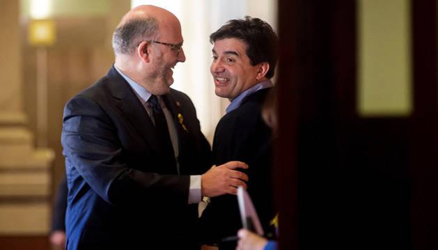 Imagen del portavoz adjunto de JxCat, Eduard Pujol (izquierda) saluda al portavoz de ERC, Sergi Sabrià, tras una reunión.