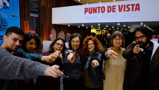 En la imagen, desde la izquierda, Jorge Jácome, Lynne Sach, Lizzie Olesker, Deborah Stratman, la productora Madeleine Molyneaux, Helga Fanderl y Ashim Ahluwalia, director de Events in a cloud chamber.