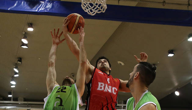 En la imagen, Alexander Calvo se eleva sobre sus rivales del Ávila.