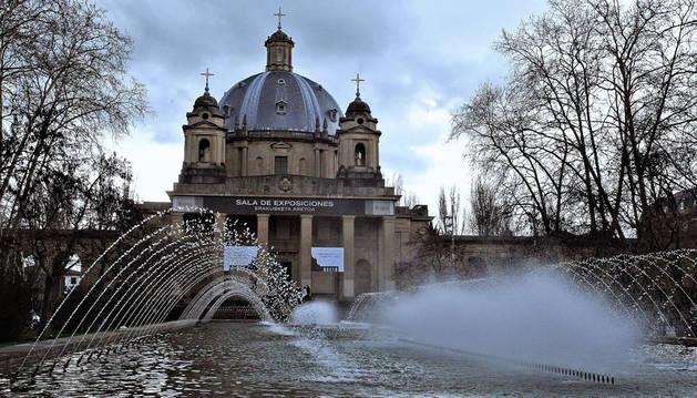 En primer término de la imagen, eel estanque que preside el Monumento a los Caídos de Pamplona.