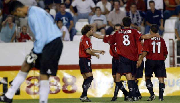 30 de agosto de 2003. Los jugadores rojillos celebran uno de los tantos de la victoria en el Carlos Belmonte.