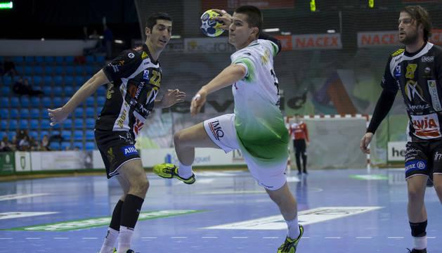 El navarro Antonio Bazán realiza un lanzamiento entre dos rivales del Puente Genil
