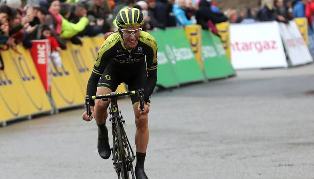 El británico Simon Yates se dirige a la meta de la séptima etapa de la París-Niza en solitario