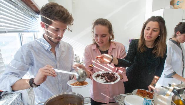 Participantes en el proyecto de comida sana de la UN durante el primer taller, el de cocina con legumbres.