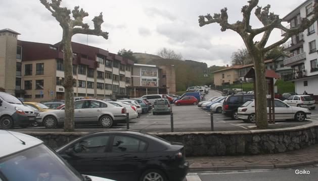 Imagen del aparcamiento situado junto al instituto Toki Ona, de Bera.