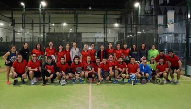 Imagen de participantes de pádel por equipos.