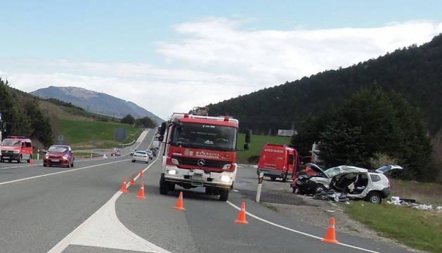 A la derecha, el vehículo que coducía el fallecido, que tuvo que ser desatrapado por los bomberos de Cordovilla.
