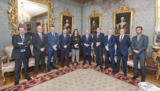 La consejera de CEIN y del vicepresidente Ayerdi con representantes de las emrpesas patrocinadoras.