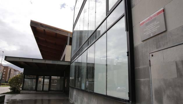 Fachada principal del colegio Virgen Blanca de Huarte, con la placa de Educación y el nombre del centro.