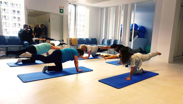 Las participantes en el programa piloto de fisioterapia grupal realizan ejercicios.