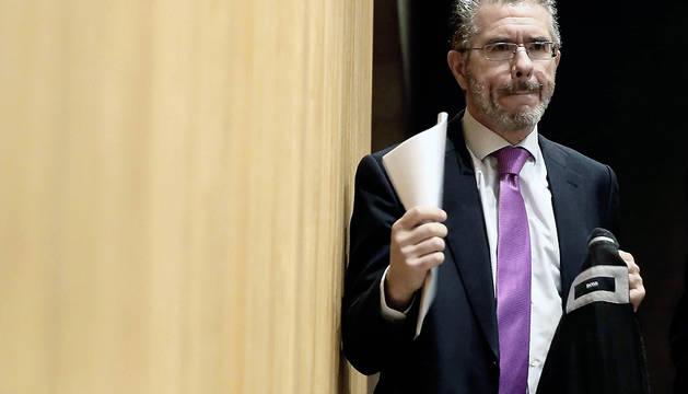 El exsecretario general del PP de Madrid Francisco Granados, antes de su comparecencia en la comisión de investigación del Congreso sobre la supuesta financiación irregular del PP.