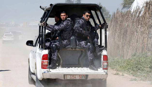 Miembros del equipo de seguridad escoltan el convoy de Hamdala