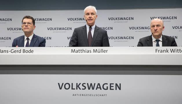 El presidente mundial del grupo Volkswagen, Matthias Müller (c), el jefe de finanzas, Frank Witter (d), y el jefe de comunicaciones, Hans-Gerd Bode (i).