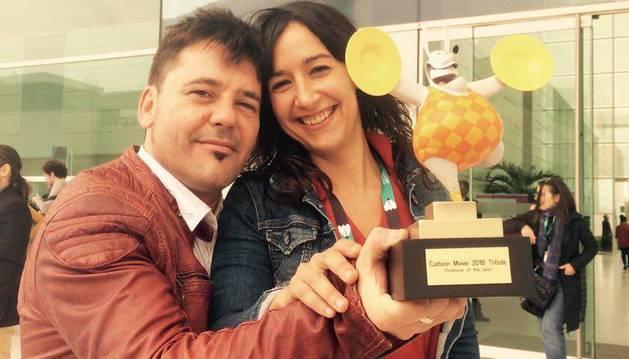 Raúl de la Fuente y Amaia Remírez con el premio de Burdeos.