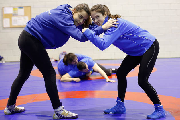 Imagen de Miren Huarte y Oihane Vallez, del Club de Lucha de Burlada, este miércoles por la tarde en el Polideportivo Elizgibela de Burlada.