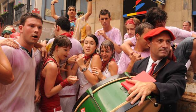 Jóvenes manchados de vino tras el chupinazo