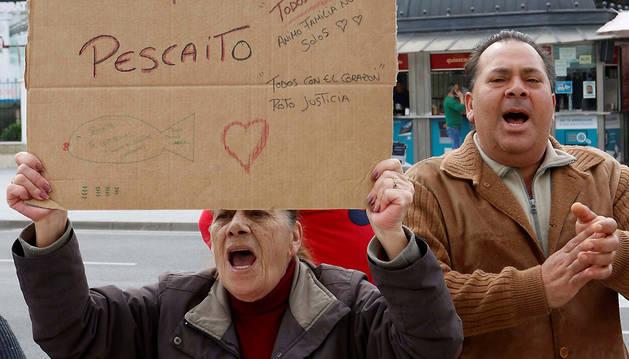 Numerosas personas se han concentrado ante las puertas de los juzgados de Almería para pedir justicia para Gabriel.