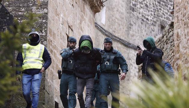 Momento en el que los agentes de la Guardia Civil trasladan al arrestado este miércoles en San Martín de Unx.