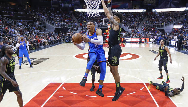 Westbrook y James brillan con sendos triples-dobles ganadores