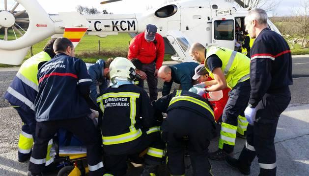 Miembros de los equipos de emergencias atienden al herido.