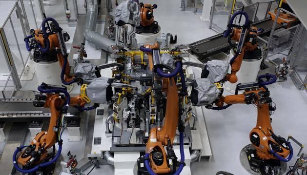 Robots trabajan en el taller de chapistería de Volkswagen Navarra.