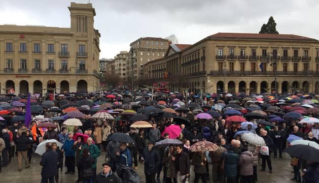 Numerosas personas congregadas en la plaza del Castillo minutos antes del comienzo de la manifestación.