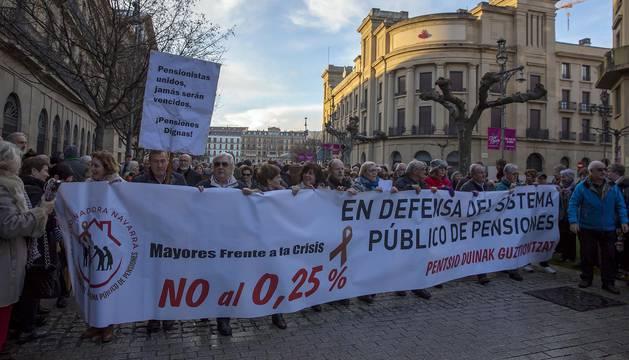 Jóvenes y mayores salen a la calle en Pamplona bajo la lluvia