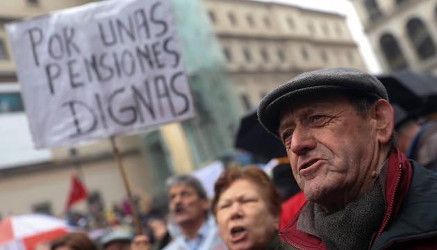 Asistentes a la manifestación por unas pensiones dignas, convocada por la Mesa Estatal por el Blindaje de las Pensiones (MERP), este sábado en Madrid.