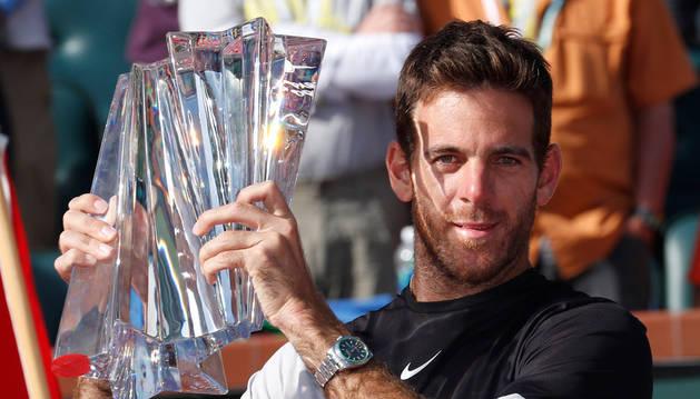 Imagen de Juan Martín Del Potro con su trofeo de campeón del Indian Wells.