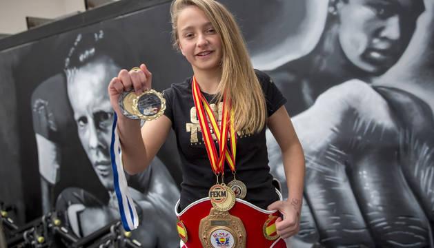 Karolina Sarasua posando ayer en Barañáin con el cinturón de campeona y las medallas nacionales que ha conseguido.